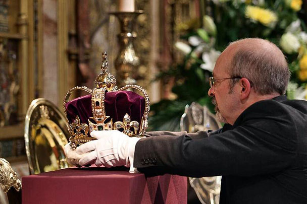 Coronation---St-Edward's-Crown-on-High-Altar-608
